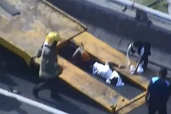 拖吊車駕駛被撞。(圖擷自警方影片)