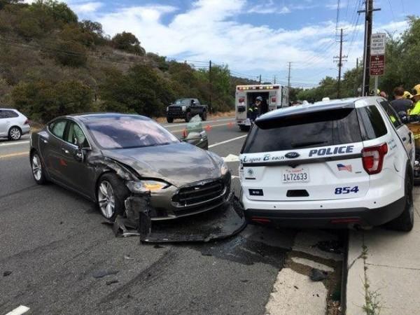 美國加州一輛特斯拉的電動轎車,啟動自動駕駛系統時,失控撞上一輛警車,造成警車右半邊撞上人行道,所幸警車上沒有人,特斯拉駕駛也僅受到輕傷。(路透)