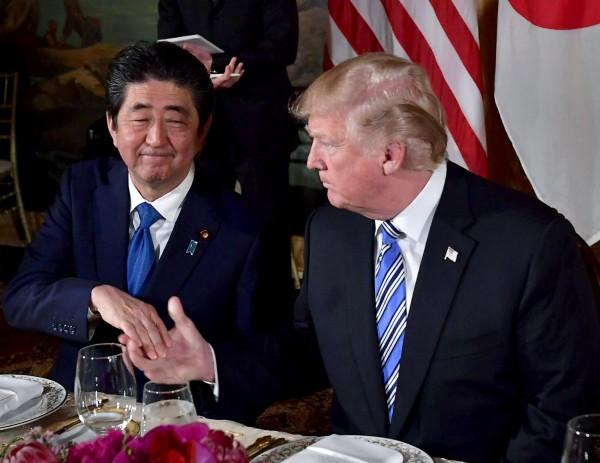 日本首相安倍晉三(左)今(30)日指出,作為同盟國,無法理解也無法接受美方大幅提高汽車關稅的貿易手段。(資料照,法新社)