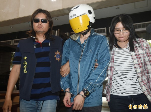 廖姓男子(中)涉嫌殺害網路直播主女友,29日被警方移送到北檢偵辦。(資料照,記者廖振輝攝)