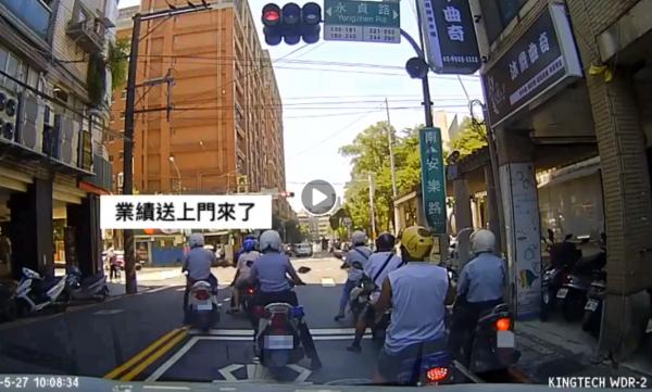 陳姓網友在行車紀錄器畫面上配上字幕,意外成為網友關注的焦點。(圖擷自爆料公社)