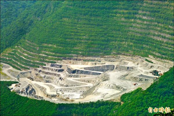 立法院初審通過「礦業法修正草案」,只要超過1公頃的礦業用地都要補辦環評。圖為亞泥新城山礦場。(資料照,記者王峻祺攝)
