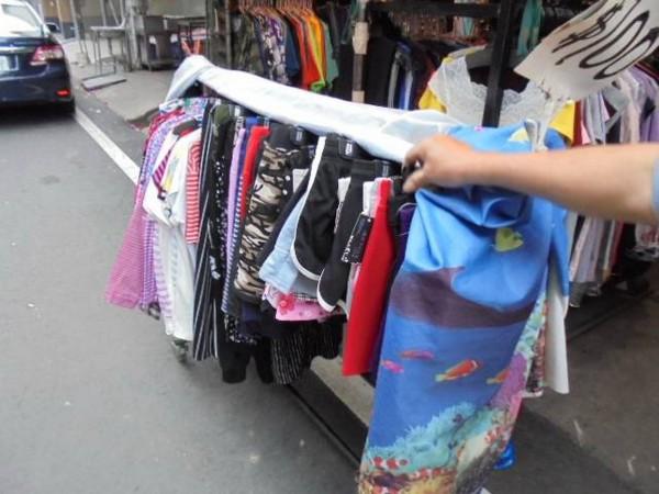 傅男到販售女性內搭褲的攤位,陸續偷3次女性內搭褲被警逮;傅男表示「偷回去觀賞用!」(記者彭健禮翻攝)