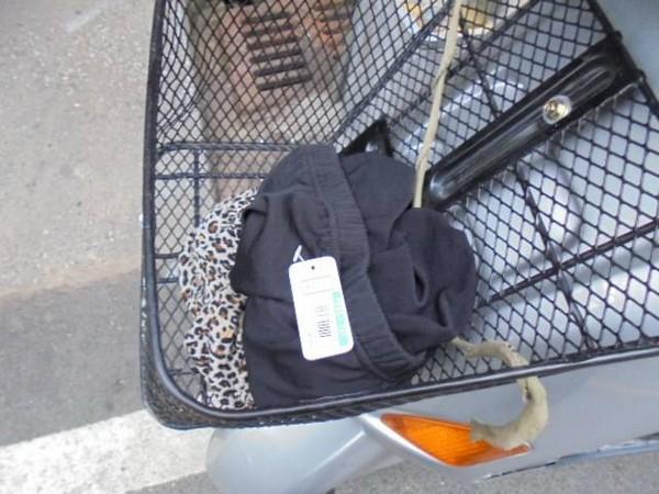4月22日,傅男趁老闆不注意時,一把抓了1件內搭褲放在機車置物籃後,隨即催油門逃離。(記者彭健禮翻攝)