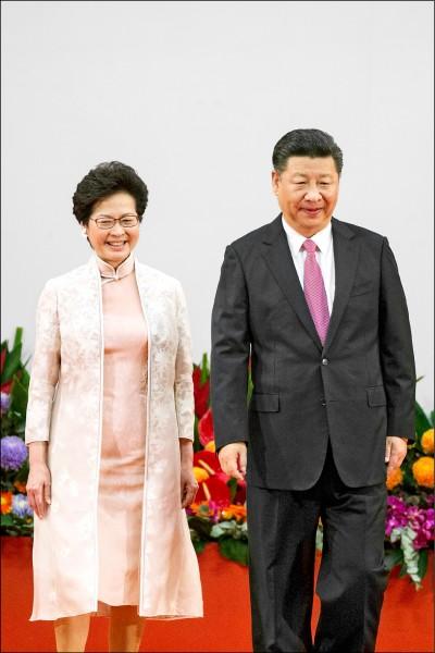 二○一七年七月一日,香港特首林鄭月娥(左)在中國國家主席習近平監誓下,宣誓就任。(歐新社檔案照)