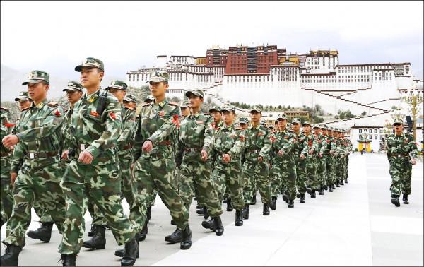 中國武警部隊在西藏首府拉薩的布達拉宮前巡邏。(美聯社檔案照)