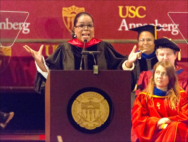 美國名嘴歐普拉五月十一日向南加州大學傳播暨新聞學院畢業生發表演說。(歐新社)