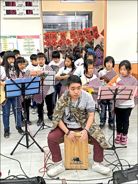 台師大教授陳學志最新研究出,新住民子女「創造力」高於一般台灣學生。圖為新住民之子組樂團,表演所學樂器。(資料照)
