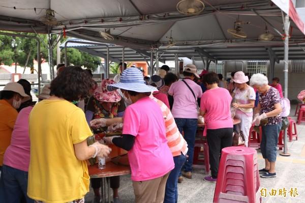 大內區公所今舉辦端午包粽趣味賽,邀集各社區居民參與。(記者萬于甄攝)