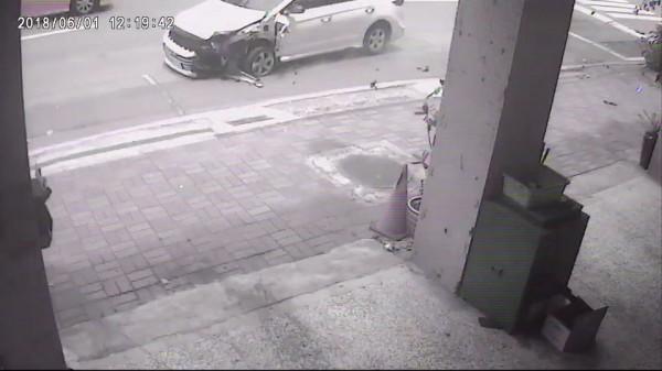 路口監視器拍下撞車實況。(記者黃旭磊翻攝)