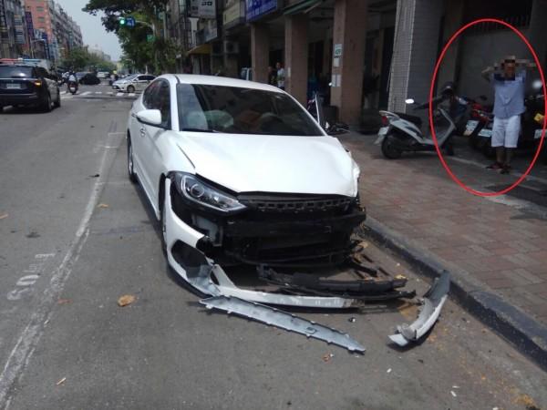 蔡姓駕駛疑因血糖過低,逆向衝撞5車,(紅圈處)肇事後,茫然不知所措。(記者黃旭磊翻攝)