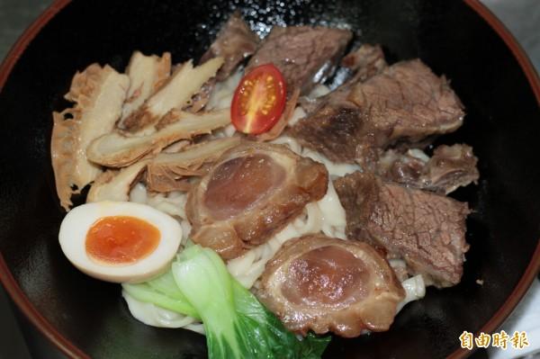 周廚牛肉麵細心烹煮每一項食材,味美實在。(記者林欣漢攝)