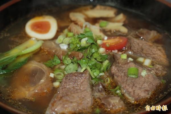 味美實在的牛肉麵,好吃得讓人大快朵頤。(記者林欣漢攝)