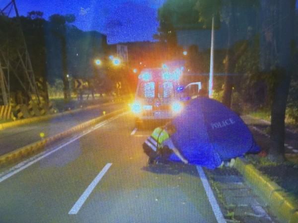 警方用藍色帳篷遮掩范女的遺體。(記者洪定宏翻攝)