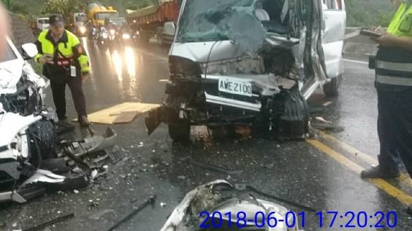 追撞事故,共造成4人受傷,警消前往處理。(記者王峻祺翻攝)