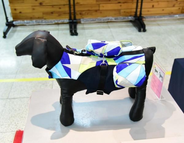 曾以晴設計的寵物犬機能性服飾。(圖由屏科大提供)