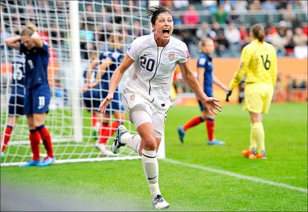 圖為二○一二年獲世足小姐殊榮的溫巴赫,於一一年七月十三日在德國舉行的女子世足賽四強賽對決法國隊,替美國隊踢進第二球時,欣喜若狂的表情。(美聯社檔案照)