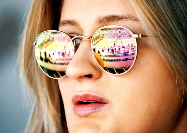 英國愛丁堡大學最新研究指出,戴眼鏡的人可能較為聰明。圖為五月三十一日一名球迷戴太陽眼鏡於巴黎觀賞法國網球公開賽。(路透)