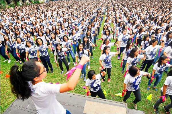 菲律賓馬尼拉一所純女子的天主教學校,今年2月14日西洋情人節當天在一場反婦女暴力的活動中集體舞蹈。(歐新社)