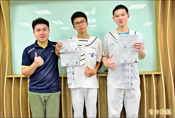 蘇澳海事許嘉文(中)、陳韋銍(右)及游恒瑋,取得一般手工電銲甲級資格,表現讓輪機科主任邱英勝(左)稱讚。(記者張議晨攝)