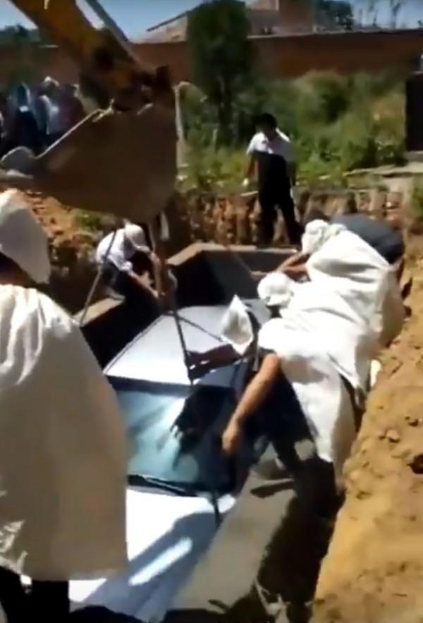 中國河北省保定市1位民眾先前客死他鄉,但在遺囑中交待要落葉歸根,並使用汽車做為棺材入土為安。(圖擷取自影片)