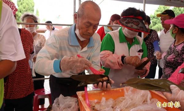 83歲的買祈福(左)是活動中唯一男性,但包粽的手法技術相當熟練。(記者萬于甄攝)