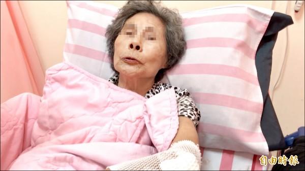 93歲花姓阿嬤抓水管垂降受傷,在基隆醫院治療。(記者盧賢秀攝)