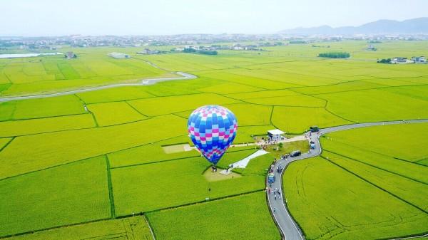 熱氣球離地最高可達20公尺,民眾可從高空觀看宜蘭伯朗大道金黃稻田美麗景象。(冬山鄉公所提供)