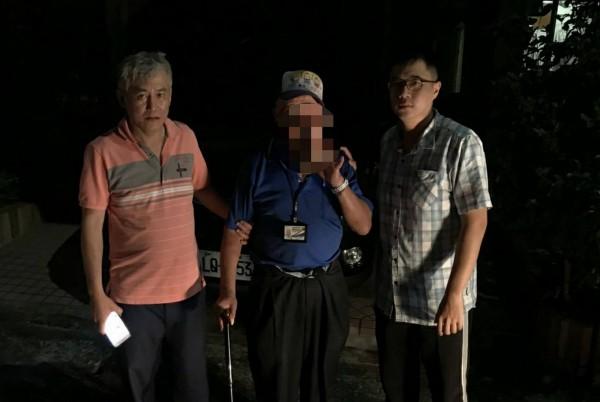 南庄分駐所長林敬堯(右)、警員張明輝(左)找到傅姓老翁(中)。(記者彭健禮翻攝)
