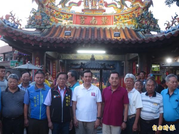 馬英九(中,白衣)到竹山紫南宮祈福,受到地方熱烈歡迎。(記者劉濱銓攝)