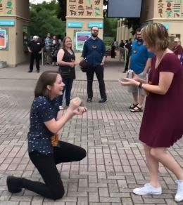 潔莎與貝琪2人不約而同拿出戒指向對方求婚。(圖擷自YouTube)