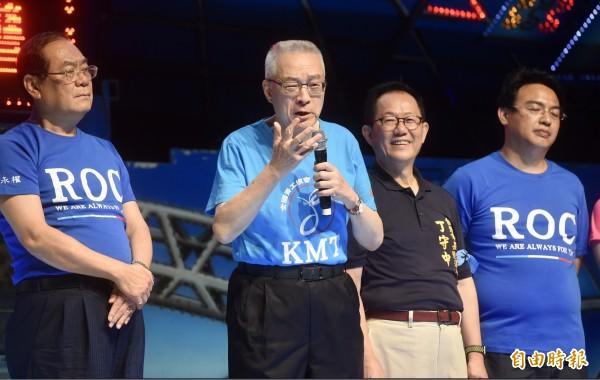 國民黨主席吳敦義(左二)今晚諷刺蔡英文總統,日前布吉納法索與我國斷交的上午,「還在像楊貴妃一樣在吃玉荷包」。(記者簡榮豐攝)
