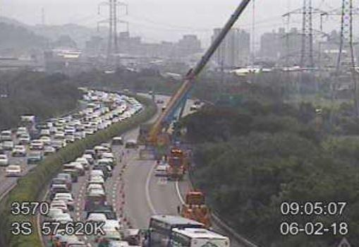 國道3號北上57.4公里處,今(2日)清晨4時許一輛貨櫃車失控衝至邊坡,造成車流回堵2公里。(圖擷自高公局網站)