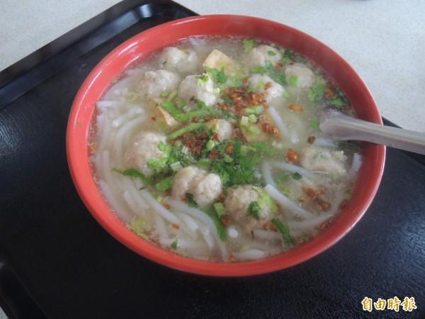 楊彩卿魚丸米粉料好實在,許多人一吃成主顧。(記者江志雄攝)