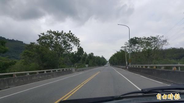 全台最直公路已經有5處路段調整為單黃線了。(記者王秀亭攝)