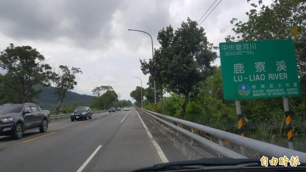 最直公路5處路段改為單黃線,超車不違規了。(記者王秀亭攝)
