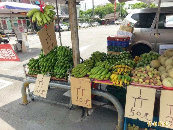 近來香蕉價格大跌,總統府甚至不排除開直播替農友行銷。(記者劉濱銓攝)