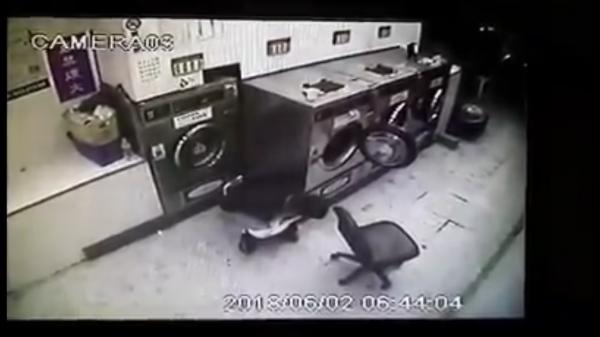 桃園市桃園區某自助洗衣店,被男子闖入將洗衣粉桶當馬桶解放。(記者魏瑾筠翻攝)