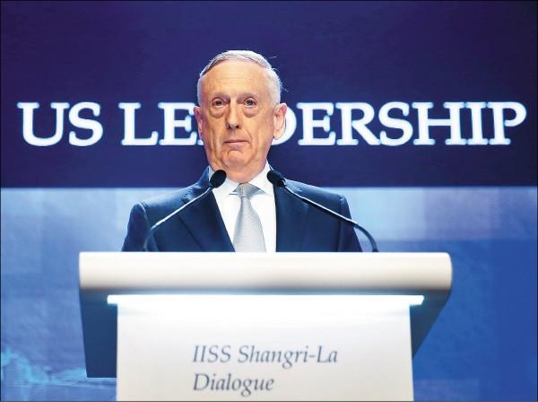 美國國防部長馬提斯2日在新加坡「香格里拉對話」會議發表演說,指責中國恫嚇與脅迫鄰國。(路透)