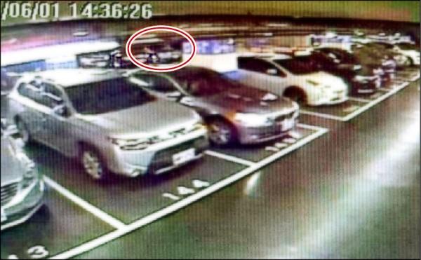 劫匪謝至偉持刀在北市新光三越地下停車場擄走貴婦劫財(紅圈處),被害人驚魂近3小時。 (記者王宣晴翻攝)