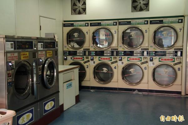 男子衝進自助洗衣店,直接在洗衣粉桶上就地解放。圖僅示意,與本新聞無關。(資料照)