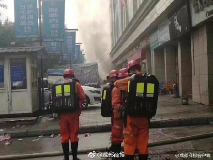 中國四川達州一個批發市場1日晚間發生大火,燃燒超過40小時。(圖擷取自微博)