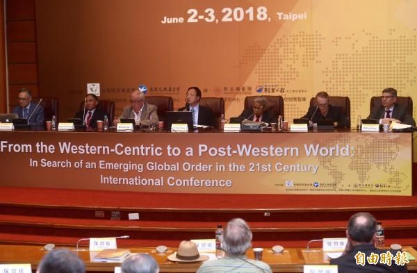 台灣研究基金會、長風文教基金會3日舉辦「從西方中心到後西方世界:探索21 世紀新興全球秩序」國際學術研討會。(記者簡榮豐攝)