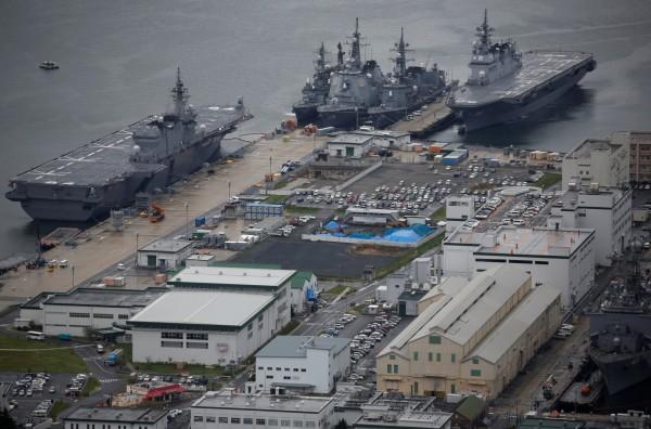 出雲級直升機護衛艦「加賀號」(左)若搭載F-35B,可以實現「航母化」,最右為日向級直升機護衛艦「伊勢號」。(路透)