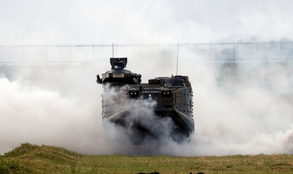 防衛省人士透露,研發用於離島防衛和海外派遣的新型輪式裝甲車研發計劃被取消,取消理由是防彈板性能未達到要求標準。圖為陸上自衛隊AAV-7裝甲車。(路透)