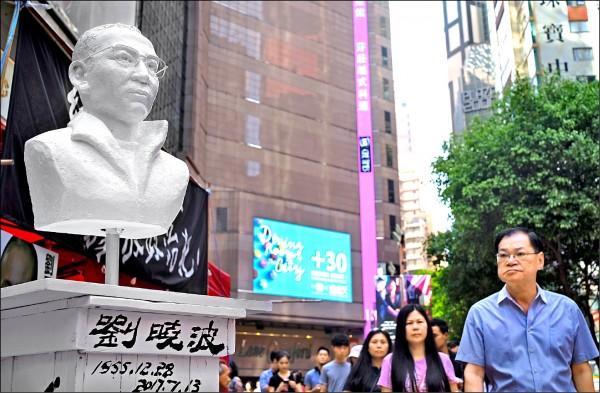 六四前夕,香港街頭出現諾貝爾和平獎得主劉曉波的雕像。(美聯社)