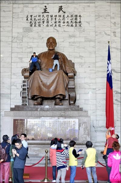 為清除威權象徵,處置中正紀念堂蔣介石銅像,促轉會已研擬3項可能做法。圖為2015年蔣銅像被丟雞蛋、潑墨,館方人員趕忙清理。(資料照)