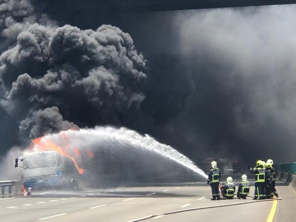國道三號外埔路段因油罐車起火燃燒,現場濃煙密佈。(記者歐素美翻攝)