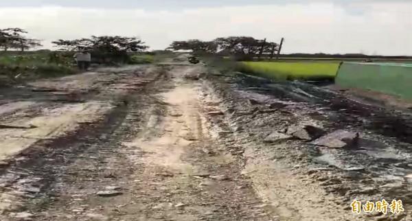 油車國小後方防汛道路不堪重車輾壓,道路支離破碎。(記者林國賢攝)
