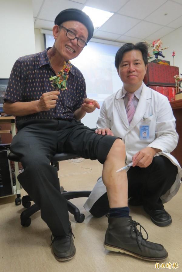 捏麵達人施教鏞(左)拉受注射治療後,靜脈曲張困擾改善。(記者蘇孟娟攝)